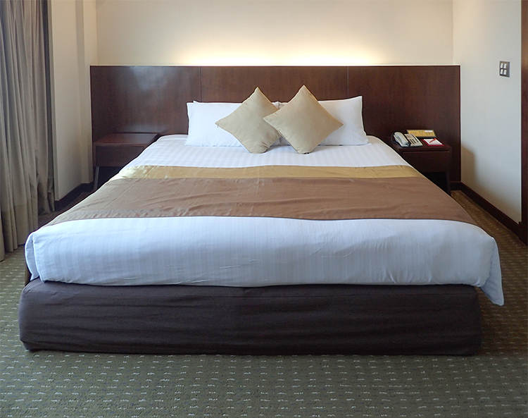 Ramada Plaza Bangkok Menam Riverside Executive Suite Bed