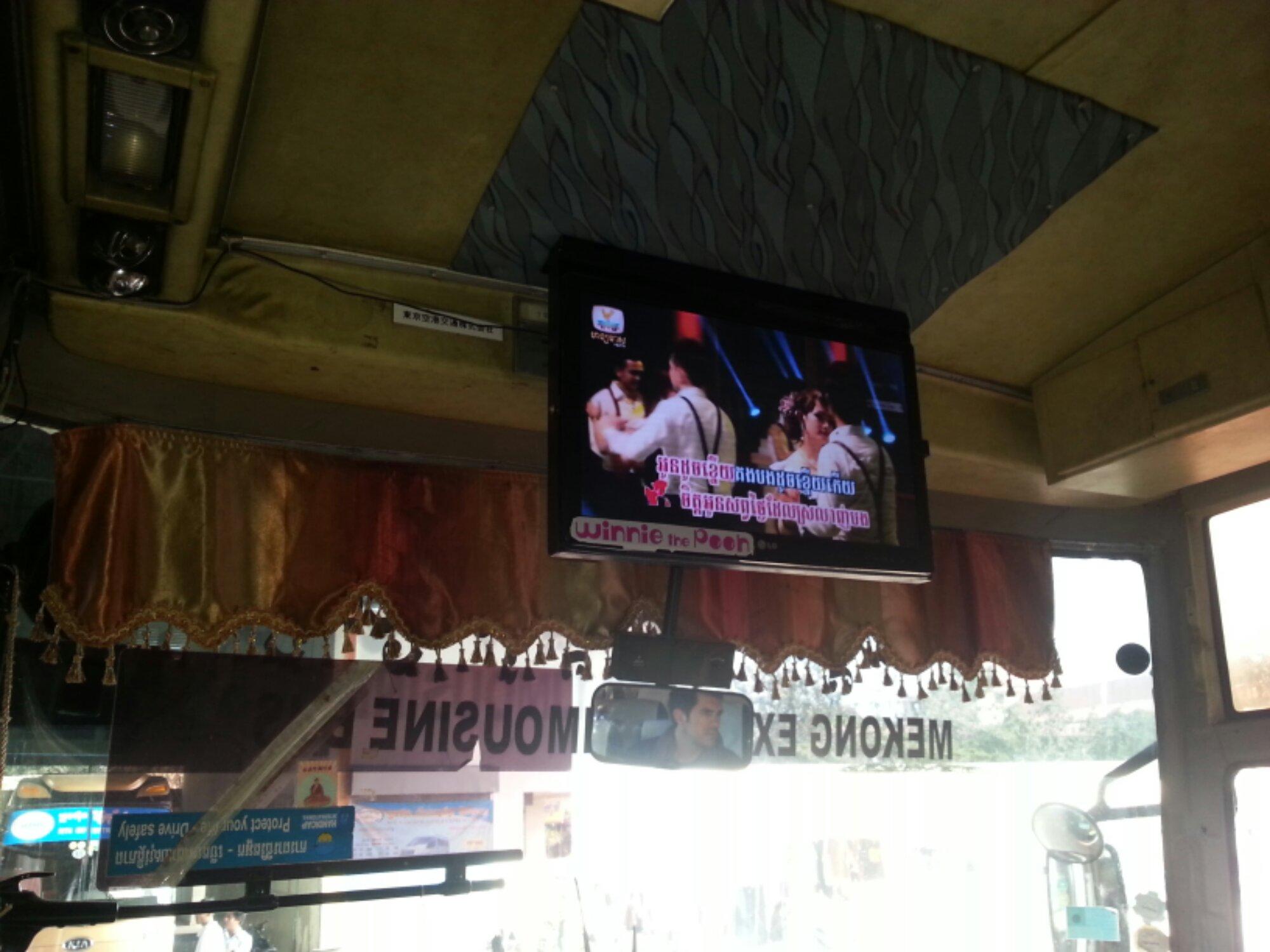 Fernseher im Bus von Mekong Express: Non-Stop-Karaoke