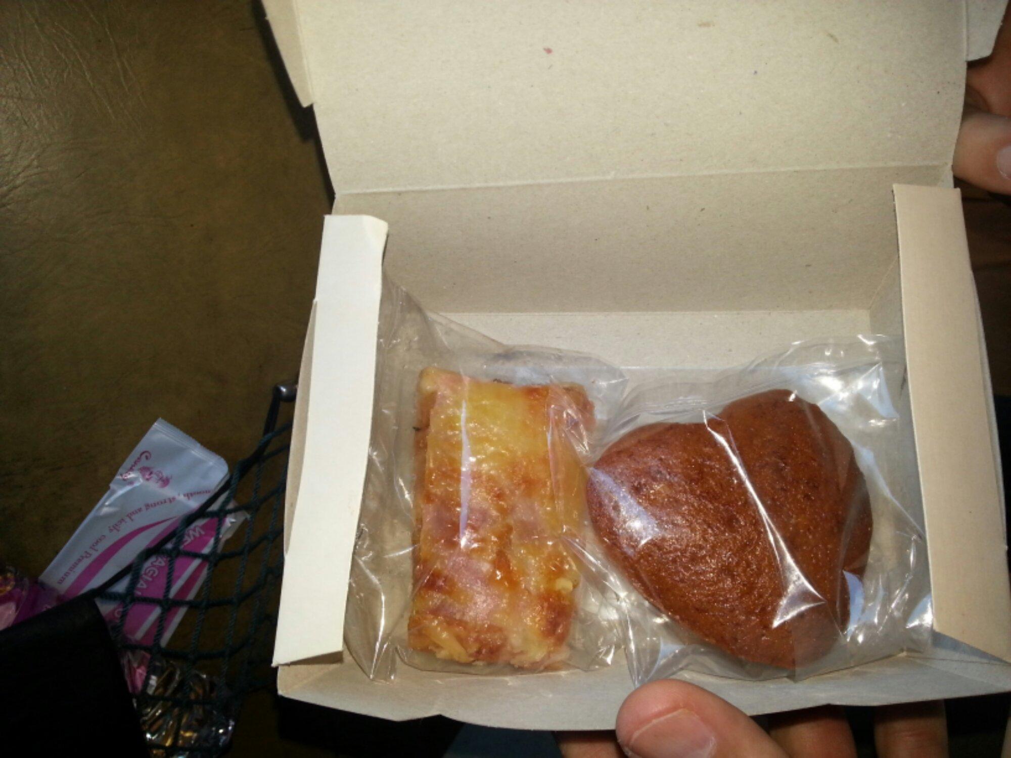 Snack im Bus von Mekong Express in Kambodscha: Mini-Pizza und Muffin