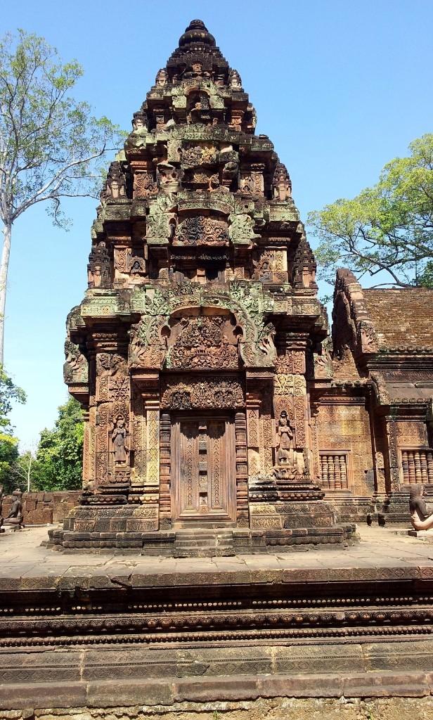 Banteay Srei, eine faszinierender roter Steintempel mit aufwendigen Schnitzereien