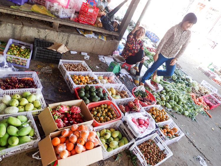 Produce and locals at Lak Lake market