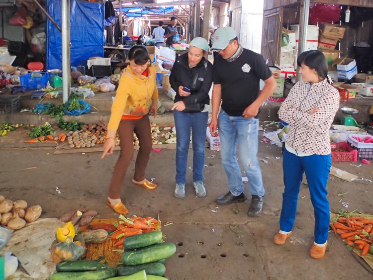 Tour of Market at Lak lake