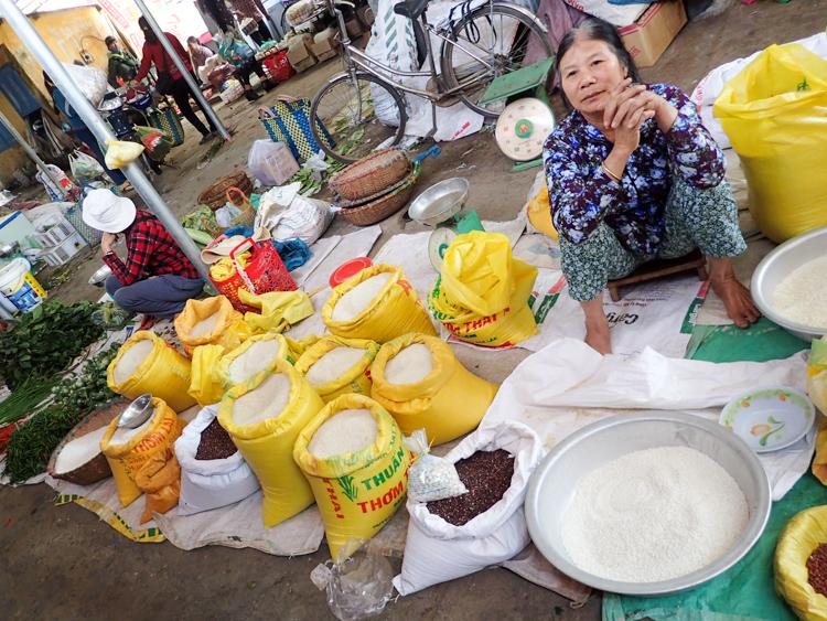 The local market at Lak lake